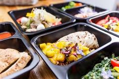 Alimento sano e concetto di dieta, consegna del piatto del ristorante Porti via del pasto di forma fisica Immagini Stock Libere da Diritti