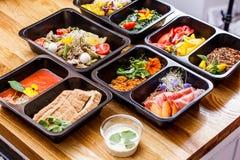 Alimento sano e concetto di dieta, consegna del piatto del ristorante Porti via del pasto di forma fisica Fotografie Stock