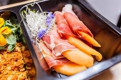 Alimento sano e concetto di dieta, consegna del piatto del ristorante Porti via del pasto di forma fisica Immagine Stock Libera da Diritti