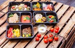 Alimento sano e concetto di dieta, consegna del piatto del ristorante Porti via del pasto di forma fisica Immagine Stock