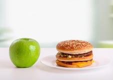 Alimento sano e non sano. Concetto di dieta: mela, ha Fotografia Stock