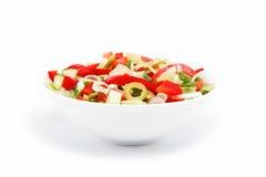 Alimento sano. Ensalada de las verduras frescas en un blanco. Fotografía de archivo