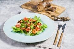 Alimento sano equilibrato, insalata verde con gamberetto arrostito fotografia stock