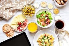 Alimento sano fresco della prima colazione continentale Compressa, schermo nero Immagine Stock Libera da Diritti