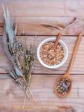 Alimento sano, intero riso organico nella ciotola, briciolo del miglio dei grani Immagine Stock Libera da Diritti