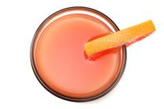 Alimento sano jugo de pomelo con el pomelo cortado aislado en la opinión superior del fondo blanco foto de archivo libre de regalías
