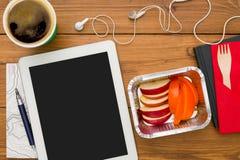 Alimento sano - la verdura e la carne fanno un spuntino nel luogo di lavoro Fotografia Stock