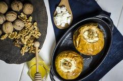 Alimento sano Mele al forno con la ricotta e bugia matta in un piatto bollente nero su una tavola di legno nera fotografia stock