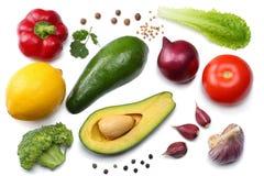 Alimento sano mezcla de aguacate, de limón, de tomate, de cebolla roja, de ajo, de paprika dulce y de hojas del rucola aislados e Fotos de archivo