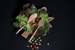 Alimento sano Pulisca l'alimento, insalata verde fresca su fondo nero Immagine Stock