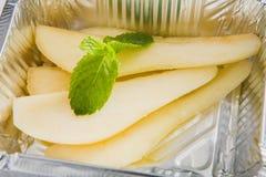 Alimento sano in scatola della stagnola, concetto di dieta Dessert della pera Fotografia Stock Libera da Diritti