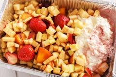 Alimento sano in scatola della stagnola, concetto di dieta Dessert della torta di formaggio Immagine Stock