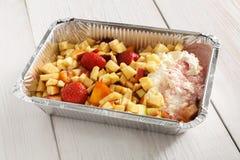 Alimento sano in scatola della stagnola, concetto di dieta Dessert della torta di formaggio Fotografie Stock Libere da Diritti