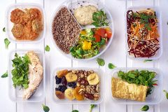 Alimento sano in scatola Scatola fresca stile di vita, piano del pasto di giorno immagini stock libere da diritti