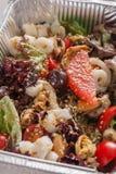 Alimento sano in scatole della stagnola, concetto di dieta Preparato dell'insalata dei frutti di mare Fotografie Stock