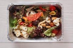 Alimento sano in scatole della stagnola, concetto di dieta Preparato dell'insalata dei frutti di mare Fotografia Stock
