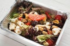 Alimento sano in scatole della stagnola, concetto di dieta Preparato dell'insalata dei frutti di mare Immagini Stock