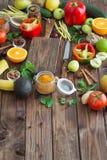Alimento sano, selezione pulita dell'alimento: frutti, verdure, semi, spezie sui bordi marroni con spazio libero per l'iscrizione Immagine Stock