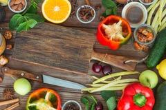 Alimento sano, selezione pulita dell'alimento: frutti, verdure, semi, spezie sui bordi marroni con spazio libero per un testo Fotografie Stock