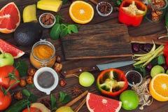 Alimento sano, selezione pulita dell'alimento: frutti, verdure, semi, spezie sui bordi marroni con spazio libero per un testo Fotografia Stock Libera da Diritti