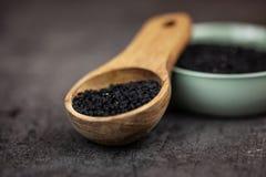 Alimento sano - seme nero su fondo scuro fotografie stock libere da diritti