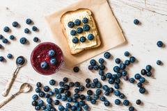 Alimento sano smoothie y bocadillo del arándano con las bayas en el fondo de madera blanco Fotografía de archivo libre de regalías