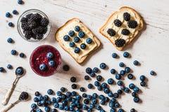 Alimento sano smoothie y bocadillos del arándano con las bayas en el fondo de madera blanco Fotos de archivo libres de regalías