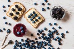 Alimento sano smoothie y bocadillos del arándano con las bayas en el fondo de madera blanco Imagenes de archivo