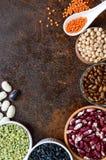 Alimento sano, stante a dieta, concetto di nutrizione, fonte della proteina del vegano Assortimento dei legumi crudi variopinti fotografia stock