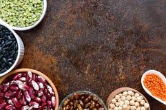 Alimento sano, stante a dieta, concetto di nutrizione, fonte della proteina del vegano Assortimento dei legumi crudi variopinti fotografia stock libera da diritti