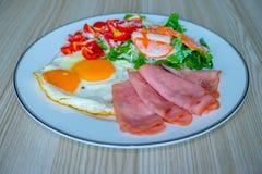 Alimento sano sul piatto di legno Concetto dell'alimento di dieta del cheto immagini stock