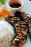 Alimento saudável: Arroz dos peixes do bife e molho de soja em um close-up da placa Imagem de Stock Royalty Free