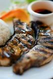 Alimento saudável: Arroz dos peixes do bife e molho de soja em um close-up da placa Imagens de Stock Royalty Free