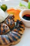 Alimento saudável: Arroz dos peixes do bife e molho de soja em um close-up da placa Fotos de Stock Royalty Free