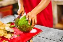 Alimento saudável Cortando o coco novo verde Bebidas da vitamina Dieta imagem de stock