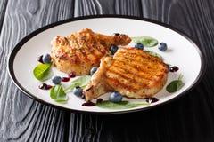 Alimento saudável delicioso: bife grelhado da carne de porco com os reforços com fresco fotos de stock