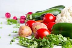 Alimento saudável do conceito Legumes frescos no fundo branco de madeira Imagens de Stock