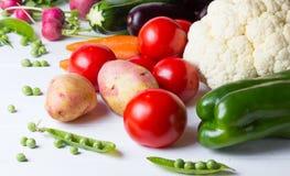Alimento saudável do conceito Legumes frescos no fundo branco de madeira Fotografia de Stock Royalty Free