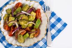 Alimento saudável e dietético: salada com abacate e tomates imagem de stock