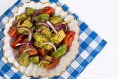 Alimento saudável e dietético: salada com abacate e tomates imagem de stock royalty free