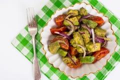 Alimento saudável e dietético: salada com abacate e tomates imagens de stock