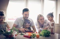 Alimento saudável Família na cozinha foto de stock