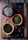 Alimento saudável - grãos-de-bico, feijões vermelhos, ervilhas verdes no fundo de madeira velho Fotos de Stock