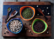 Alimento saudável - grãos-de-bico, feijões vermelhos, ervilhas verdes no fundo de madeira velho Imagens de Stock Royalty Free