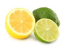 Alimento saudável Limão com as fatias isoladas no fundo branco Imagem de Stock