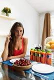 Alimento saudável Mulher com o batido da desintoxicação na cozinha nutrition imagem de stock