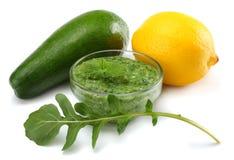Alimento saudável o abacate com limão e rucola sae no fundo branco Fotografia de Stock Royalty Free