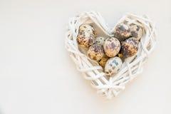 Alimento saudável ovos no coração de vime Conceito do feriado da mola Decoração da primavera para a casa ainda vida com ovos de c fotos de stock
