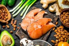 Alimento saudável Peixes crus dos salmões com alimento biológico foto de stock