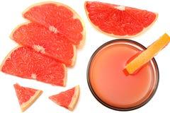 Alimento saudável suco de toranja com a toranja cortada isolada na opinião superior do fundo branco Fotos de Stock